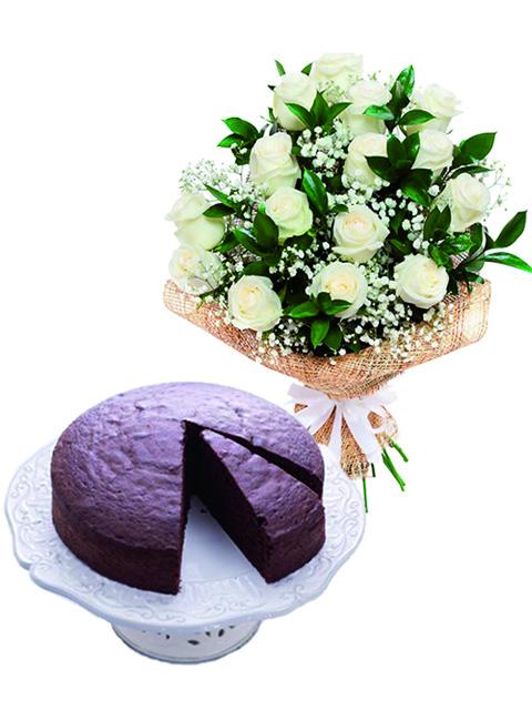 Rose bianche con torta al cioccolato a Roma