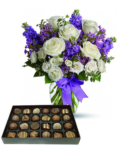 Rose bianche fiori viola e cioccolatini a Roma